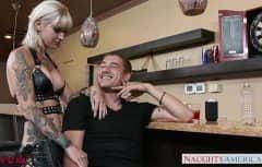 Incontra una donna con tatuaggi sul corpo che vuole il suo cazzo con insistenza