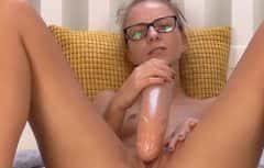 Si masturba la figa in modo eccellente e piacevole
