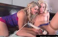 La donna lesbica sta giocando con un grande vibratore