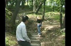 La Appende A Una Corda Nel Parco E La Porta A Casa Per Scoparla