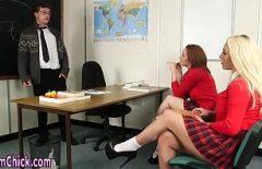 Due Fiche Studentesse Toccano La Zampa Dell'insegnante