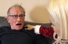 Una Fica Bionda Sfrutta Al Massimo Il Cazzo Duro Di Suo Nonno