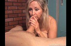 Una Donna Anziana Succhia Un Cazzo Negli Spogliatoi