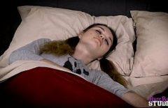 Sveglia La Donna Lentigginosa Dal Sonno Per Farle Un Piccolo Pompino E Scoparla