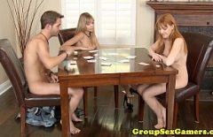 Due Fighe E Uno Studente Che Giocano A Poker Sul Cazzo