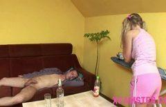 Adolescente Bionda Scopa Un Ubriaco