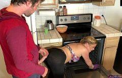 La Madre Cucina E Il Figlio La Scopa Sulla Schiena Facendo Sesso Nella Cucina Romantica