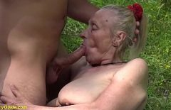 Fa Un Pompino Duro Sul Campo A Una Nonna Amante Del Sesso