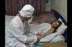 Una Dottoressa Scopa Il Suo Paziente Già Nudo Per Il Controllo
