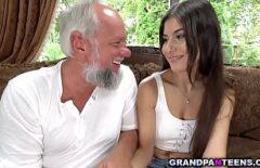 L'uomo Dai Capelli Bianchi Scopa Sua Nipote Nel Suo Piccolo Mozda