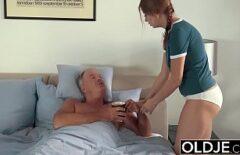 L'infermiera Rossa Si Scopa Un Vecchio E Gli Succhia Il Cazzo