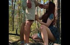 La Giovane Donna Scopata Nella Foresta Dal Fratellastro